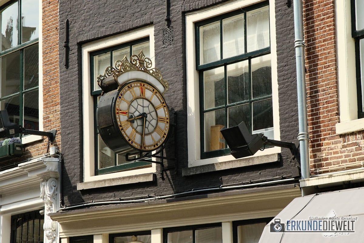 Uhr an Häuserfassade, Amsterdam, Niederlande