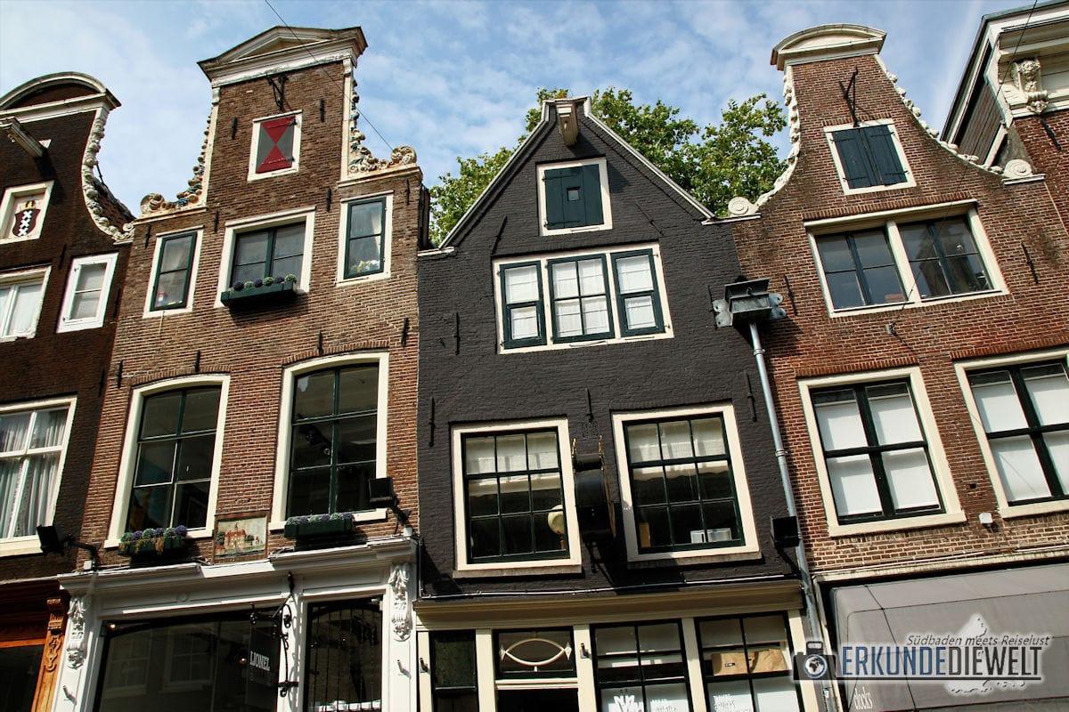 Schiefe Häuserfassaden, Amsterdam, Niederlande
