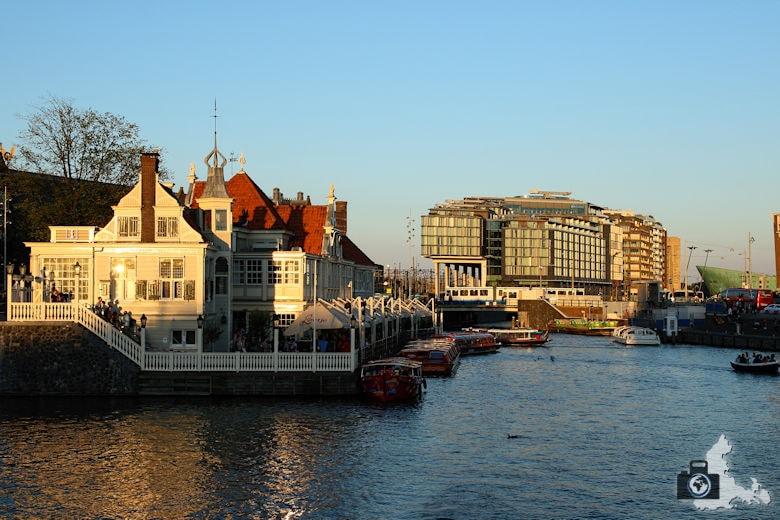 Gracht in Amsterdam in der Abendsonne