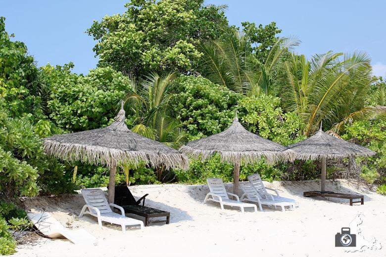Malediven Strand Ukulhas Sonnenliegen