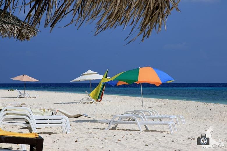 Sonnenschirme am Strand von Ukulhas, Malediven