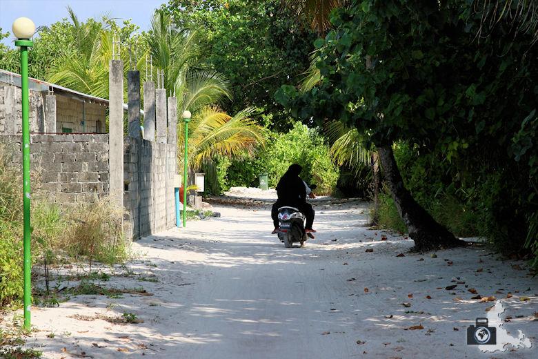 Einheimische auf Motorrad, Ukulhas, Malediven