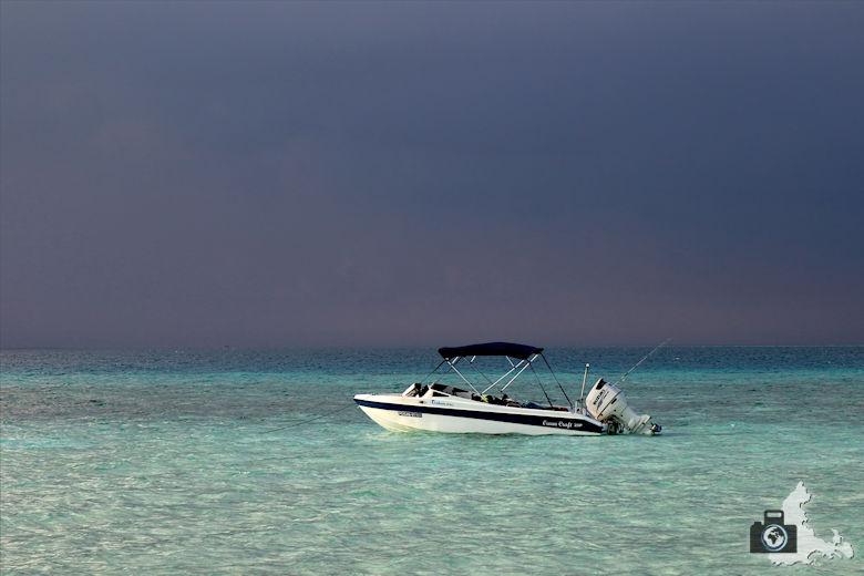Boot mit Unwetter im Hintergrund auf den Malediven