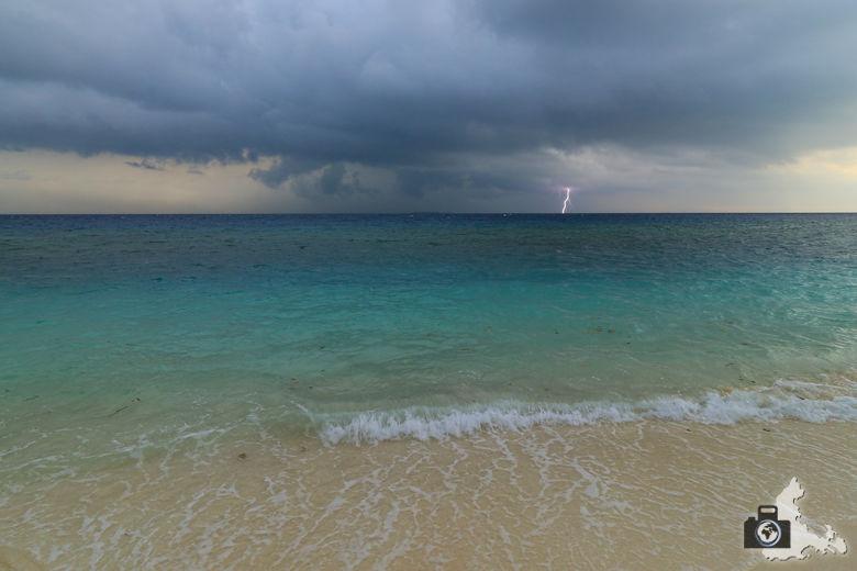 Aufziehendes Gewitter mit Blitz auf Ukulhas