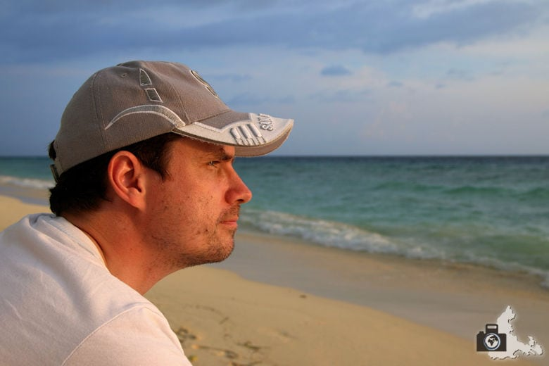 Michael mit Blick aufs Meer bei Sonnenuntergang