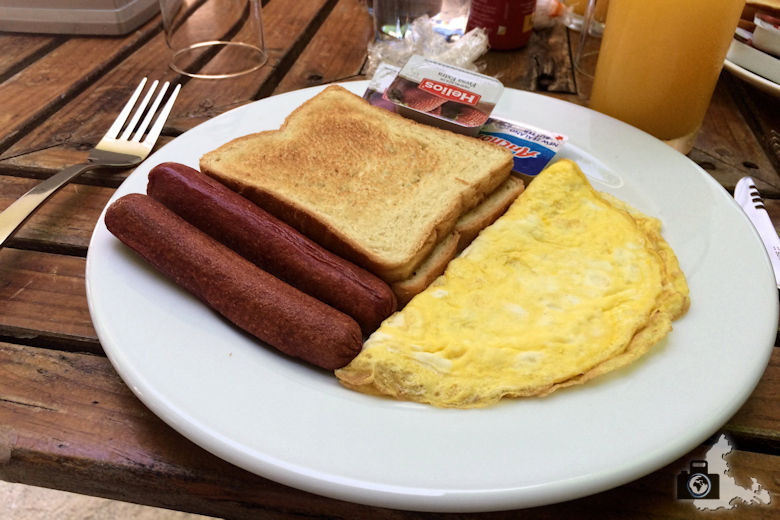 Rustikales Frühstück mit Omelette und Würstchen