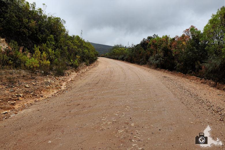 Dirty Road R339 im Regen im südafrikanischen Winter