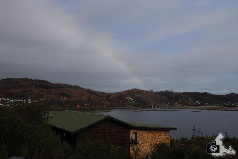 Regenbogen über der Bucht von Knysna