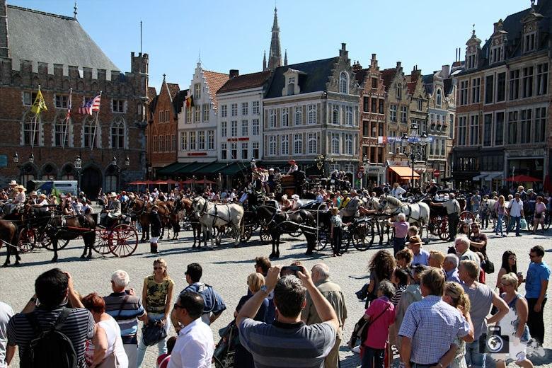 historisch geschmückte Pferdekutschen in Brügge