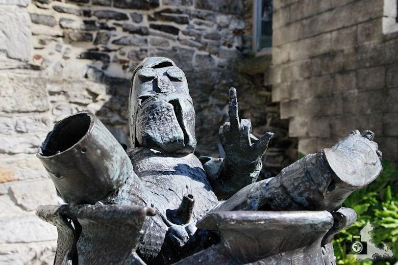Skulptur zeigt Stinkefinger auf Burg Gravensteen in Gent