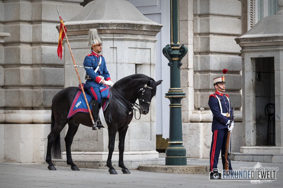 Wachen am Palacio Real, Madrid, Spanien