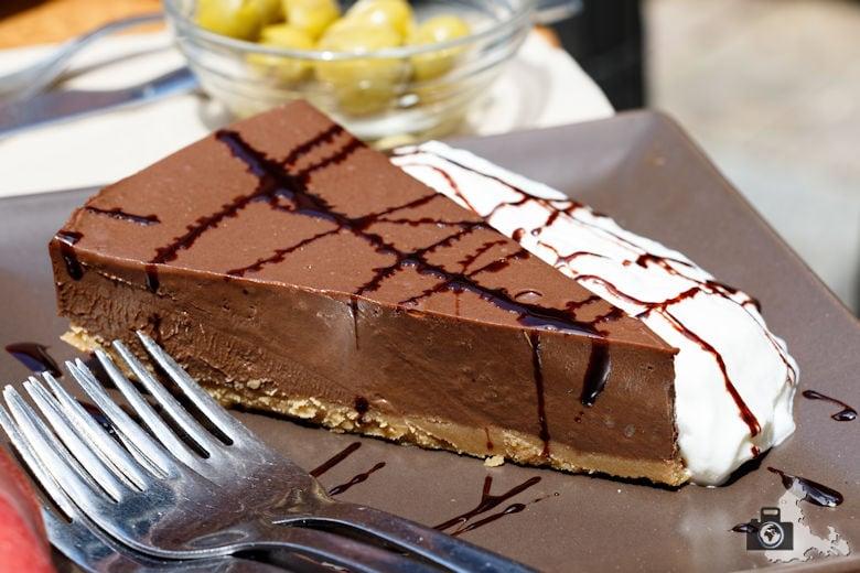 Schokoladenkuchen essen im Los Austrias in Madrid