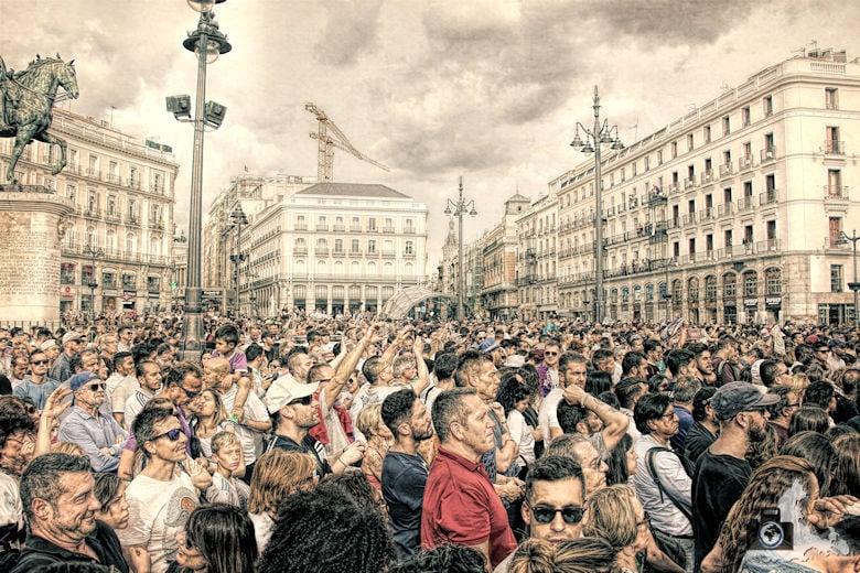 Champions League Sieger Real Madrid lässt sich feiern - Fußballmannschaft mit Ronaldo auf dem Puerta del Sol