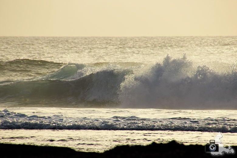 Tipps zum Fotografieren an Strand & Küste - brechende Wellen zur goldenen Stunde
