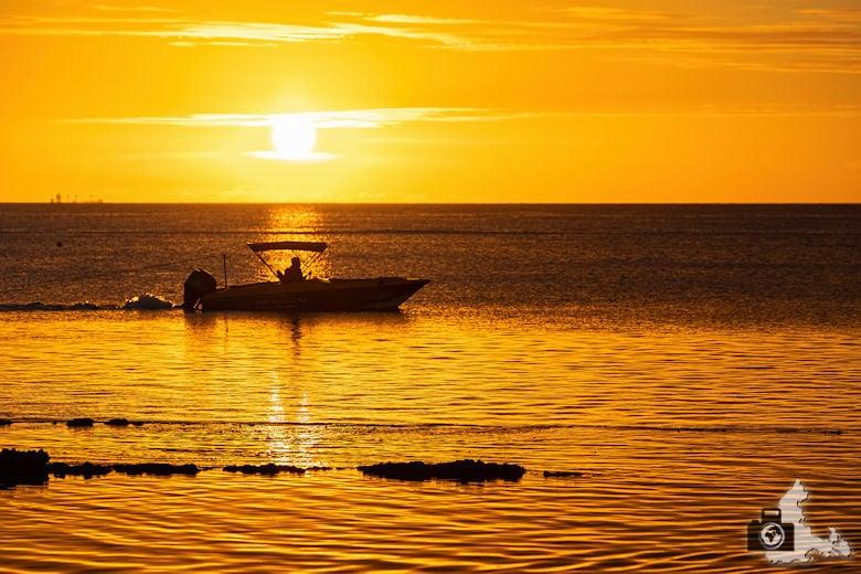 Fotowalk #9 - Am Strand von Mauritius - Boot im Sonnenuntergang